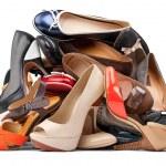 Haufen von verschiedenen weiblichen Schuhe mit Beschneidungspfad — Stockfoto