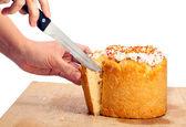 Paskalya pasta kesme erkek görünümünü kırpılmış — Stok fotoğraf