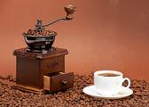 コーヒー グラインダー、コーヒー カップ — ストック写真