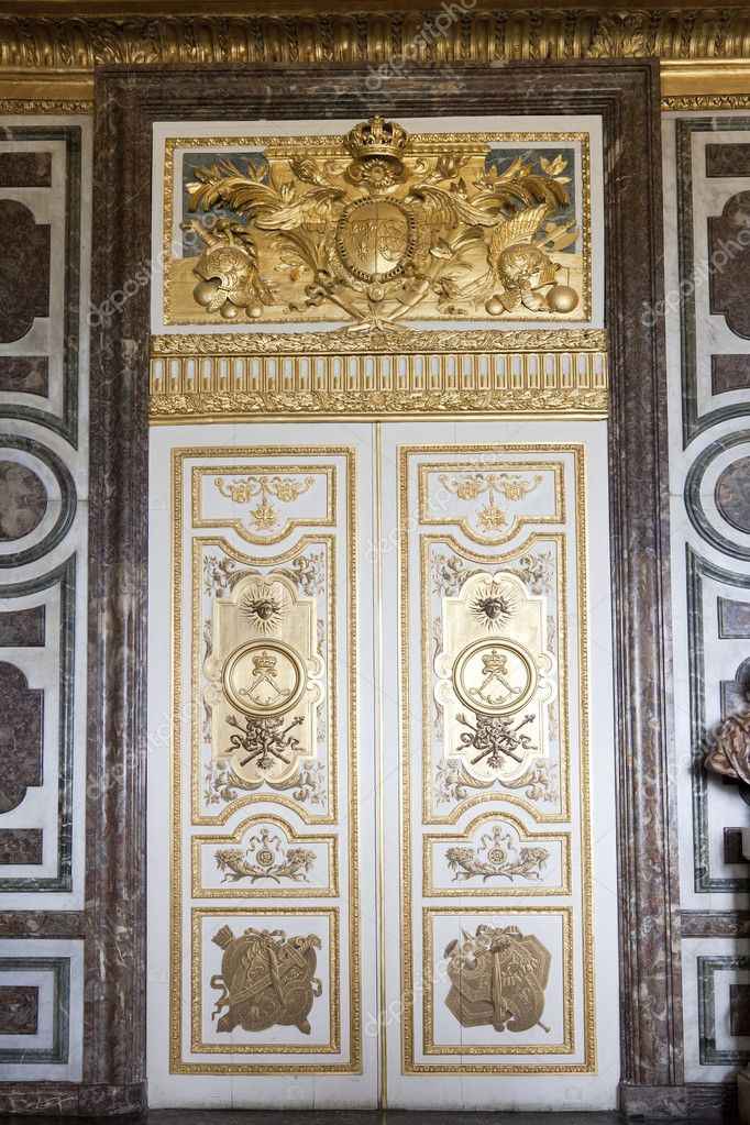 Door in the interior of the Versailles Palace in Paris, France — Stock Photo #9225913