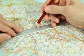 当然在旅游地图上测定 — 图库照片
