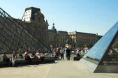Glass Pyramids and tourists at the Louvre Museum — Stock Photo