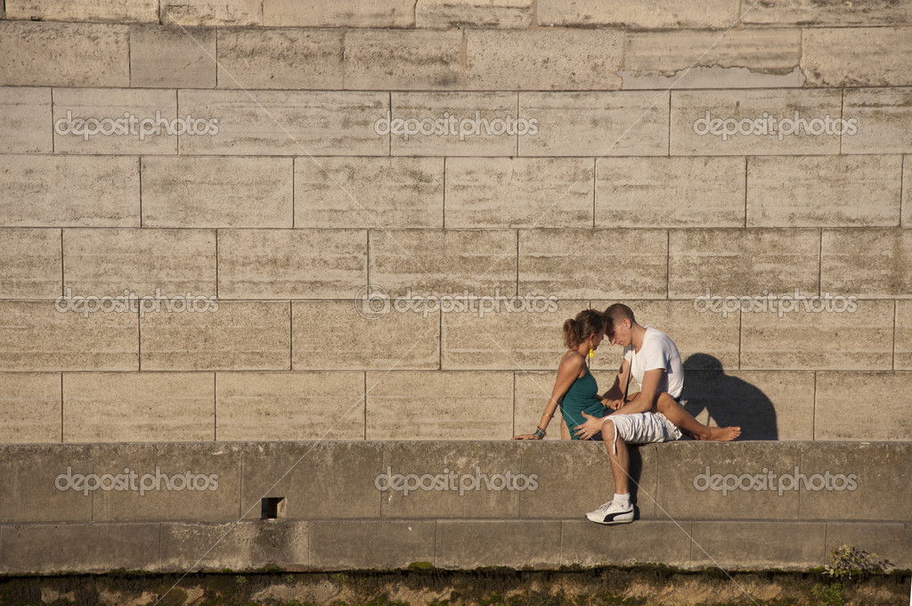 PARIS - SEPTEMBER 29: Young loving couple on bank by the Seine of Paris on September 29, 2011 in Paris. — Stock Photo #10564156