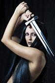 Sexig ung krigare med svärd — Stockfoto