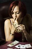 Vrouw verlichting sigaar met 100 dollar Opmerking — Stockfoto