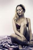 Sexig kvinna med långa smala ben — Stockfoto