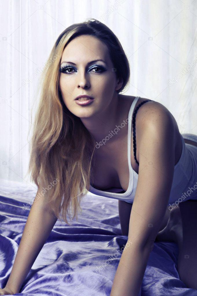 Сексуальная блондинка в спальне, фото 3376362, снято 4 марта 2012 г