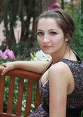 Piękna dziewczyna romantyczny siedzący na ławce i myślenia — Zdjęcie stockowe