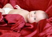 Closeup ritratto della bellissima bambina sdraiata sul letto — Foto Stock