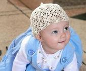 Retrato de niña preciosa feliz con vestido azul mirando — Foto de Stock