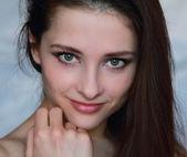 Närbild porträtt av flirta sexig tjej håller ansiktet handen och — Stockfoto