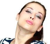 美丽的年轻女子,给反对一个吻的特写肖像 — 图库照片