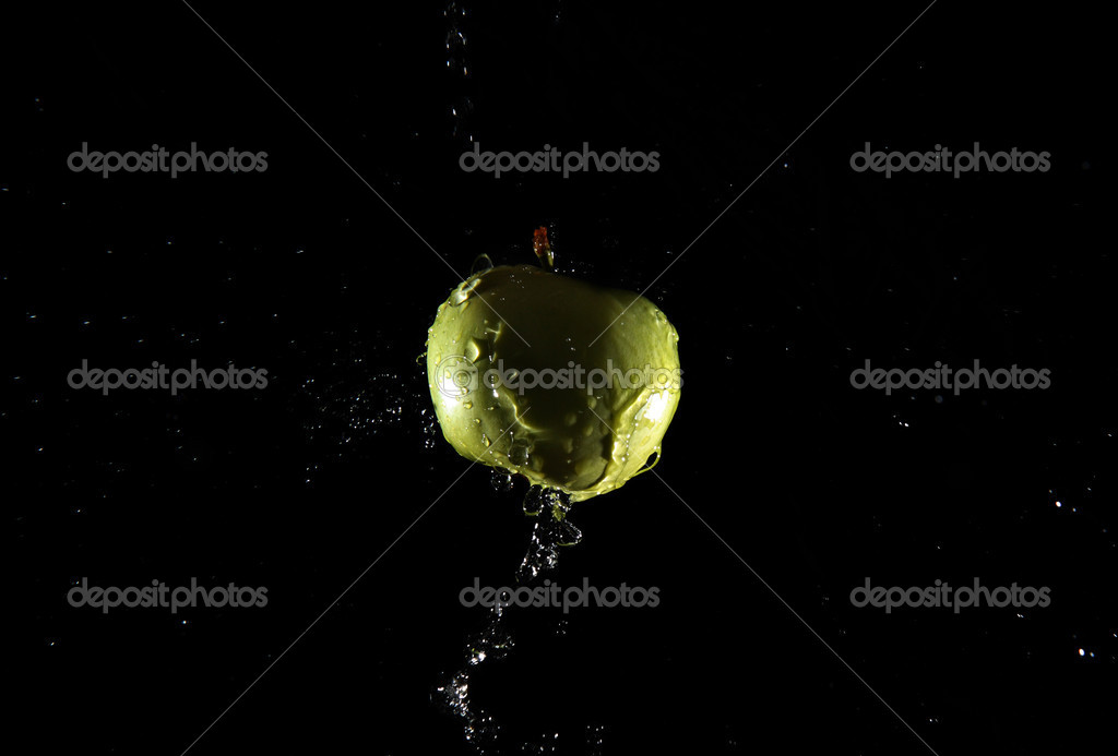 Apple and water splash on  black background. — Stock Photo #7962815