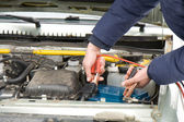 A mechanic using jumper cables — Stock Photo