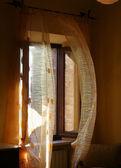 Janela e cortinas — Fotografia Stock