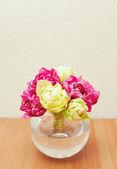 Atado de tulipanes en un florero de cristal sobre la mesa y el espacio vacío para tu te — Foto de Stock