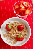Ontbijtgranen, melk en aardbeien — Stockfoto