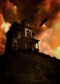 Casa embrujada en una colina — Foto de Stock