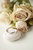 Silver ring and pink roses — Stock Photo