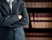 бизнесмен перед книжный шкаф — Стоковое фото
