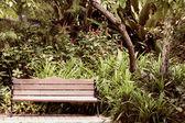 Lavička v parku. — Stock fotografie
