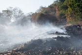 Burning hög med sopor. — Stockfoto
