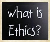"""""""什么是道德?""""手写用白色粉笔在黑板上 — 图库照片"""