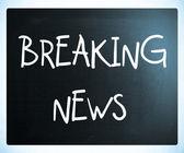 """""""Breaking news"""" handwritten with white chalk on a blackboard — Стоковое фото"""