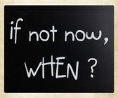 """""""om inte nu, när?"""" handskrivna med vit krita på en svart tavla — Stockfoto"""