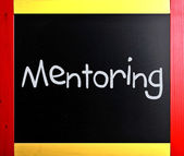 """Ordet """"mentorskap"""" handskrivna med vit krita på en blackboar — Stockfoto"""