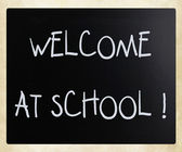 """Welcome at school"" handwritten with white chalk on a blackboard — ストック写真"