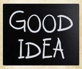 «хорошая идея», рукописные с белым мелом на доске — Стоковое фото