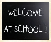 """Welcome at school"" handwritten with white chalk on a blackboard — Stock fotografie"