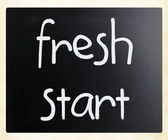 """fresh start"" handwritten with white chalk on a blackboard — Stockfoto"