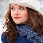 elegante vrouw buiten in de winter — Stockfoto