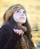 Beautiful young woman outdoor in autumn — Stock Photo