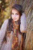 Retrato de mujer joven en otoño — Foto de Stock