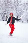 Vrouw loopt door sneeuw — Stockfoto
