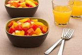 Två skål med blandad tropisk fruktsallad — Stockfoto