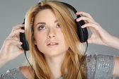 Vacker flicka med hörlurar — Stockfoto