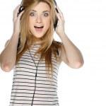vacker flicka med hörlurar isolerad på en vit bakgrund — Stockfoto