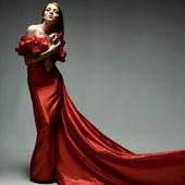 Jest to piękna młoda kobieta w czerwonym ubraniu — Zdjęcie stockowe