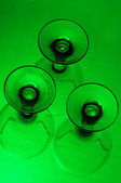 Trzy kieliszki z zielonym tłem — Zdjęcie stockowe