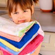 A little girl is going to wash the towels — Stock Photo