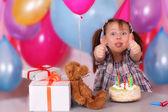 Komik küçük kızın doğum günü kutlaması — Stok fotoğraf