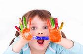 Niña asusta a sus manos colores — Foto de Stock