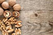 Nueces sobre fondo de madera — Foto de Stock