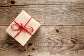 Ahşap zemin üzerinde vintage hediye kutusu — Stok fotoğraf