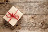 Vintage geschenk-box auf hölzernen hintergrund — Stockfoto
