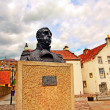 Streets of Culross, Fife, Scotland. A bust of Thomas Cochrane. — Stock Photo #10659418